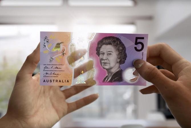 ВАвстралии выпустили полупрозрачные купюры сдвигающимся медососом