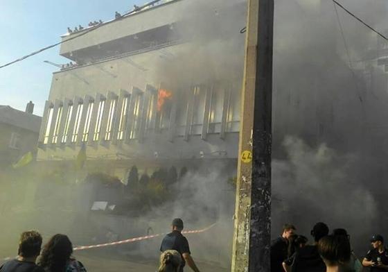 ВКиеве митингующие подожгли строение канала «Интер»