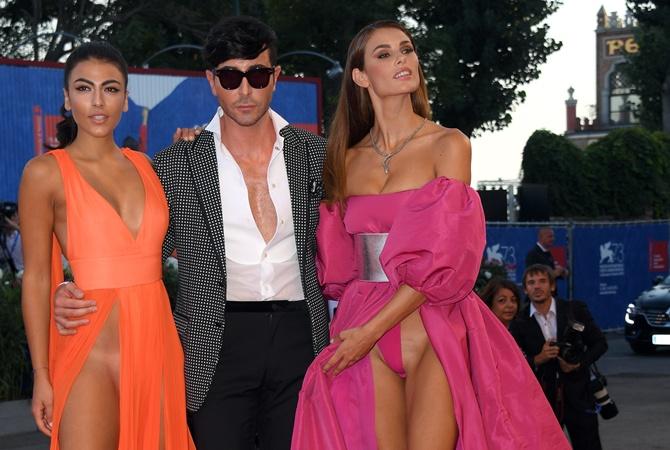 Длинноногие красотки в платье но без нижнего белья фото 615-513