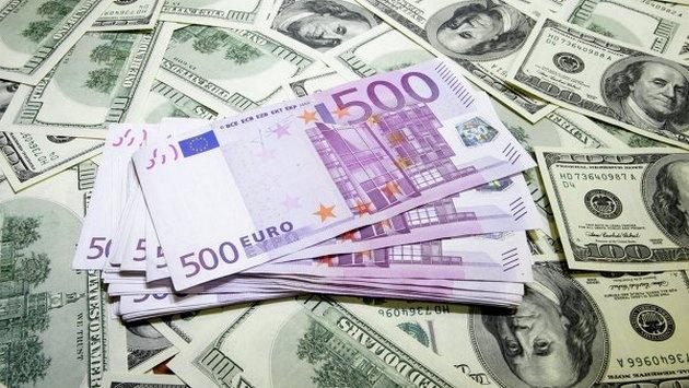 Украинцы вконце лета продали банкам менее валюты