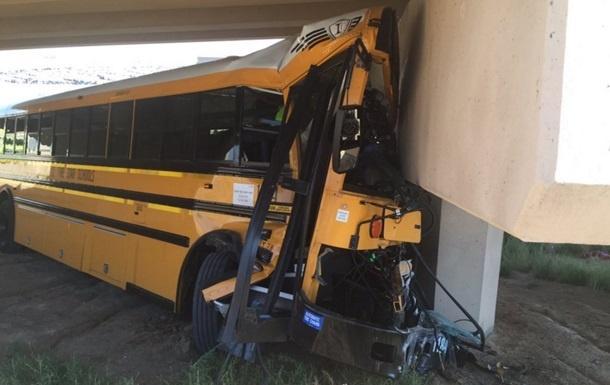 ВДенвере ученический автобус врезался встену, умер человек