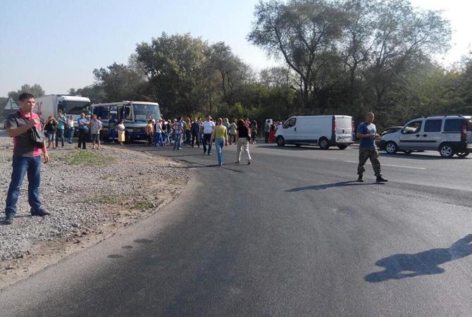 ВДнепре перекрыли трассу из-за львовского мусора