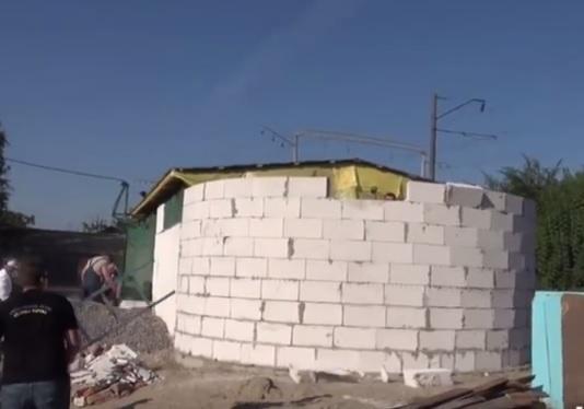 НаКиевщине здешние граждане снесли строящуюся церковь УПЦМП