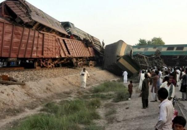 Столкновение поездов вПакистане: 4 человека погибли, неменее 100 ранены