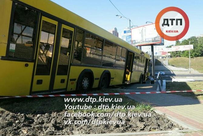 Масштабное ДТП вКиеве: автобус спассажирами вылетел сдороги