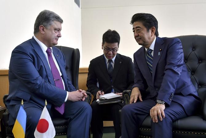Порошенко обсудил спремьером Японии либерализацию визового режима для украинцев