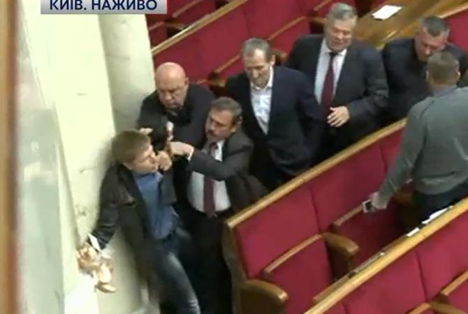 Драка вРаде: народный депутат Гончаренко принес сухари сотрудникам от«Оппоблока»