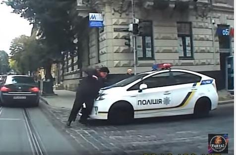 Патрульные воЛьвове сбили женщину напереходе: появилось видео