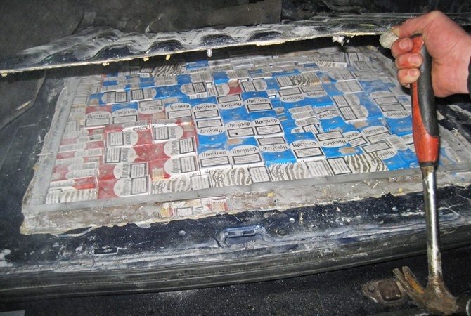 Украинские ипольские таможенники задержали табачных контрабандистов, среди которых были несовершеннолетние