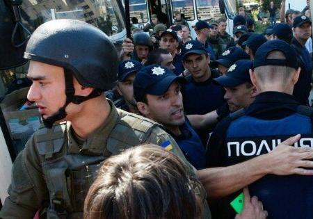 Около Апелляционного суда украинской столицы произошли стычки митингующих и милиции
