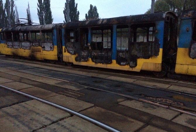 Два трамвайных вагона сгорели дотла вКиеве: появились фото