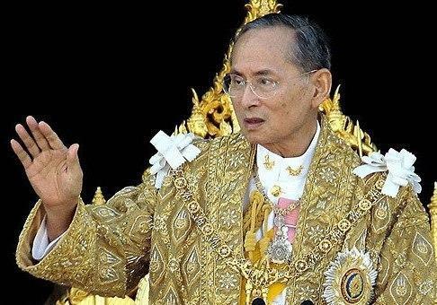 Для поддержки своего короля граждане Таиланда облачились врозовое