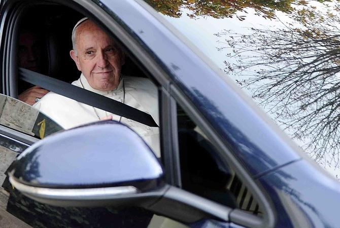 ВПольше продали саукциона три автомобиля папы Римского