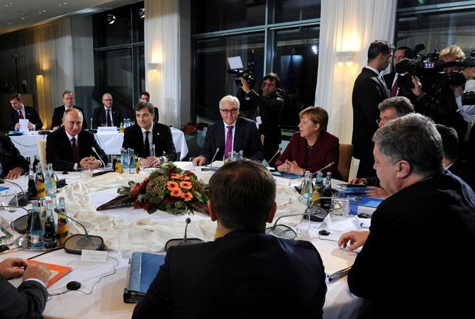 ВБерлине Порошенко иОлланд побрезговали пожимать руку Путину