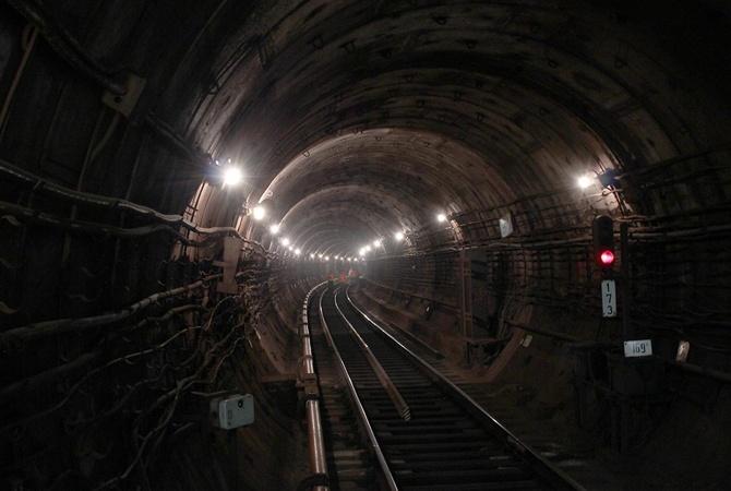 Встоличном метро приостановлено движение: пассажир упал под поезд
