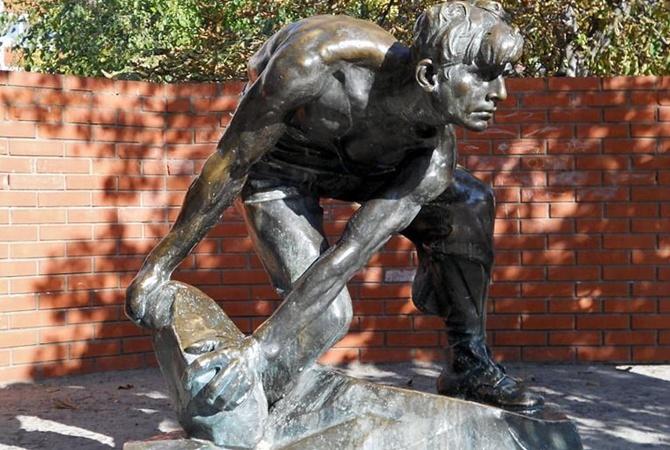 Вцентре украинской столицы демонтировали скульптуру «Булыжник— орудие пролетариата»