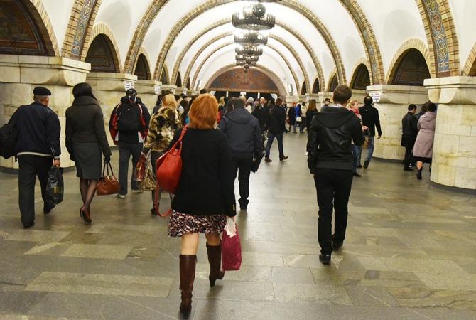 ВКиевском метро человек бросился нарельсы