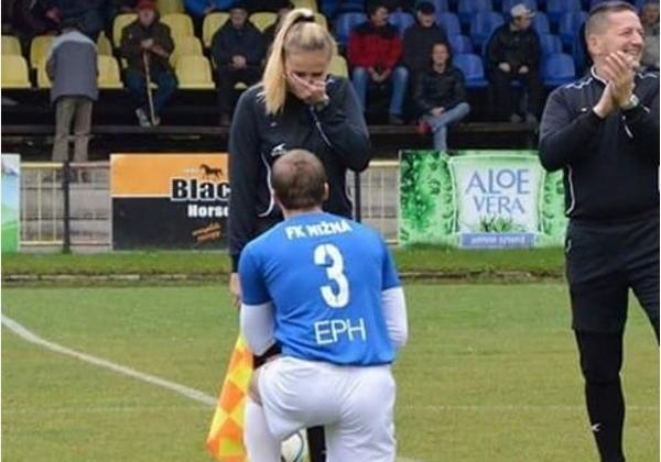 Словацкий футболист сделал предложение боковому арбитру