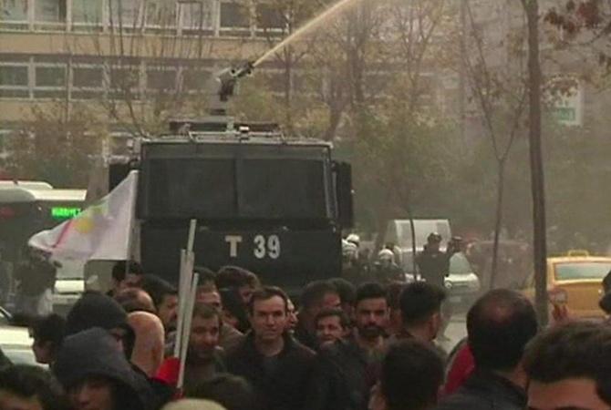 Милиция применила водомёты игаз против демонстрантов вСтамбуле