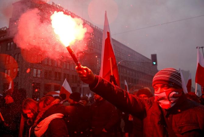 НаМарше независимости вВаршаве сожгли украинский флаг