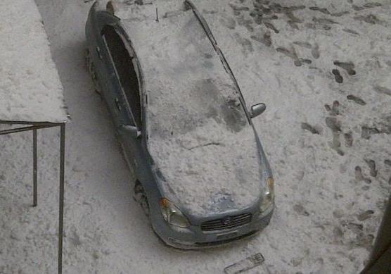 ВКиеве упавшая скрыши глыба снега раздавила иномарку