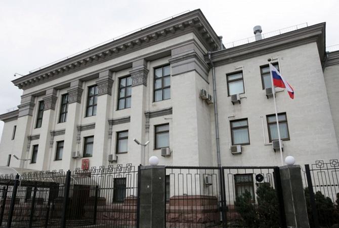 Руки прочь отУкраины: митингующих около посольстваРФ вКиеве становится больше