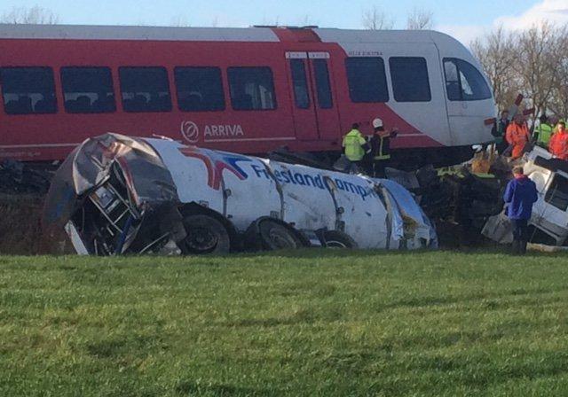 ВНидерландах поезд столкнулся смолоковозом: есть раненые