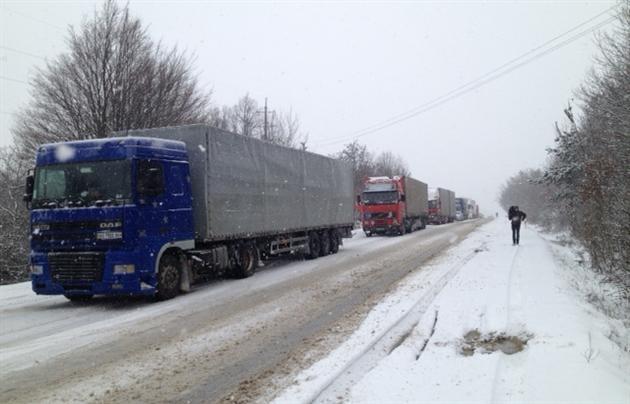 ВЖитомирской обл. дальнобойщики перекрывали дорогу из-за обледенения дороги