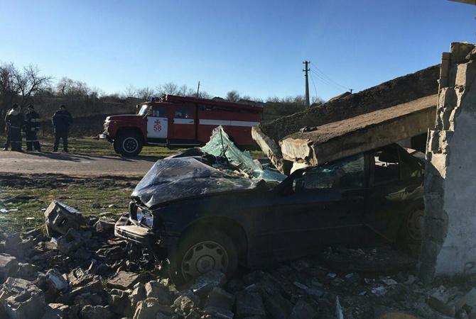 16-летняя шофёр протаранила остановку, намашине упала бетонная плита