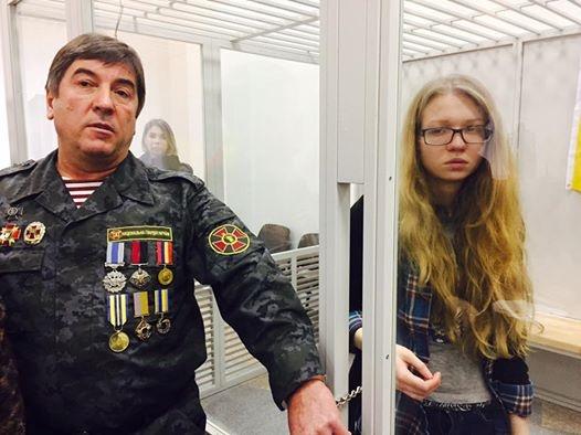 Украинский народный депутат приковал себя наручниками кнеонацистке Заверухе всуде