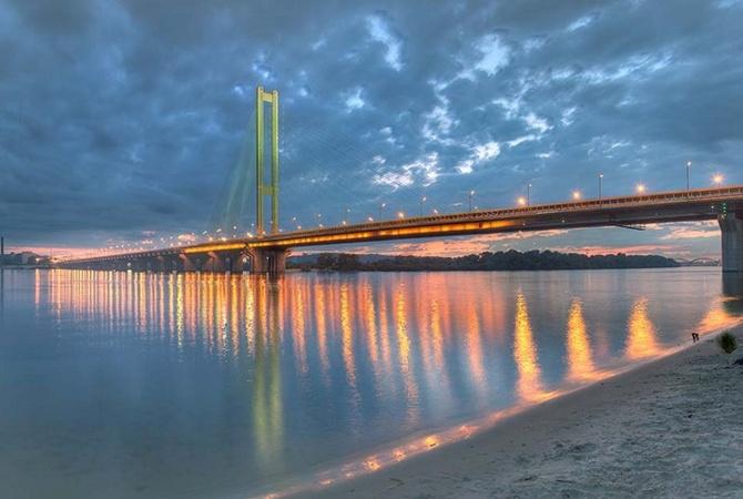 Cотрудники экстренных служб  сняли «веселую компанию» спилона Южного моста вКиеве