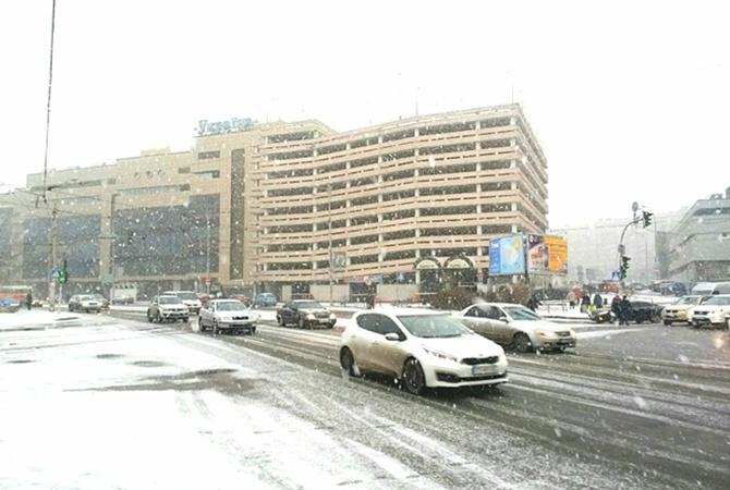 КГГА: ВКиеве снег убирает 250 единиц техники class=