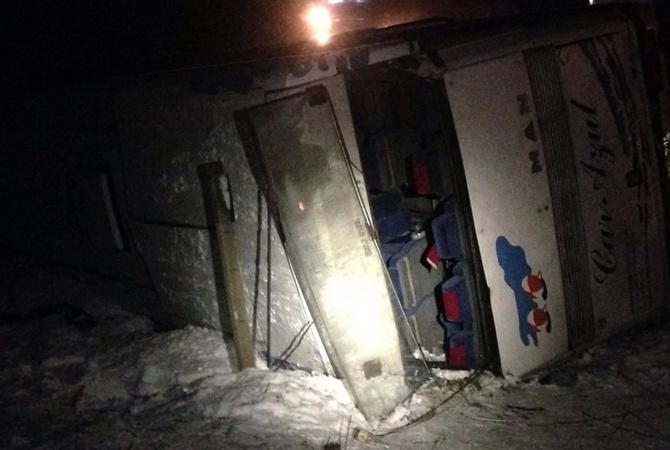 Натрассе вДнепропетровской области перевернулся автобус слюдьми