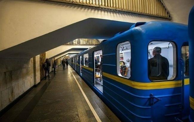 ВКиеве настанции метро «Театральная» пассажир упал нарельсы