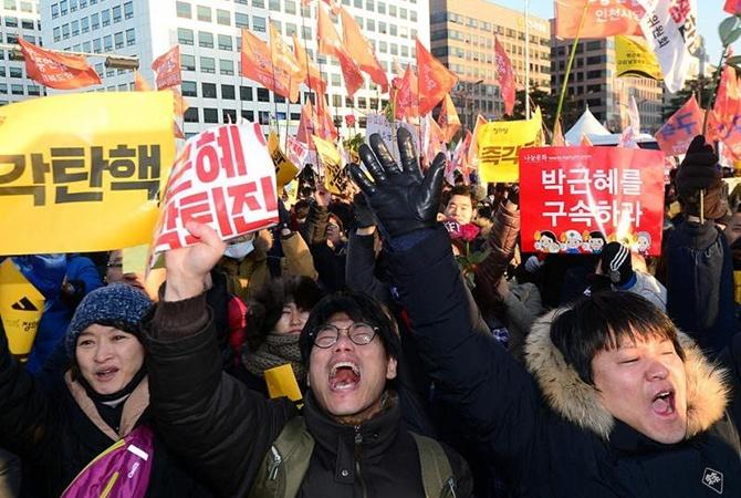 Отпраздновать импичмент президента Южной Кореи вышли тысячи человек