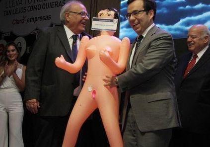 Чилийскому министру подарили резиновую куклу