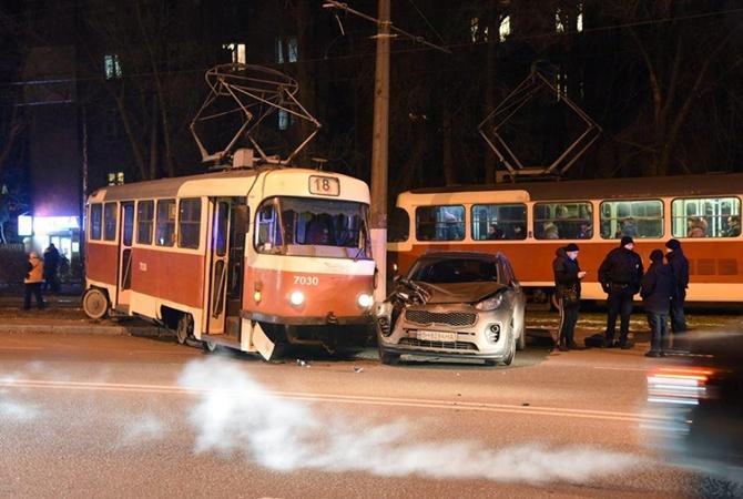 Наодесском Фонтане трамвай сошел срельсов иврезался вприпаркованную машину