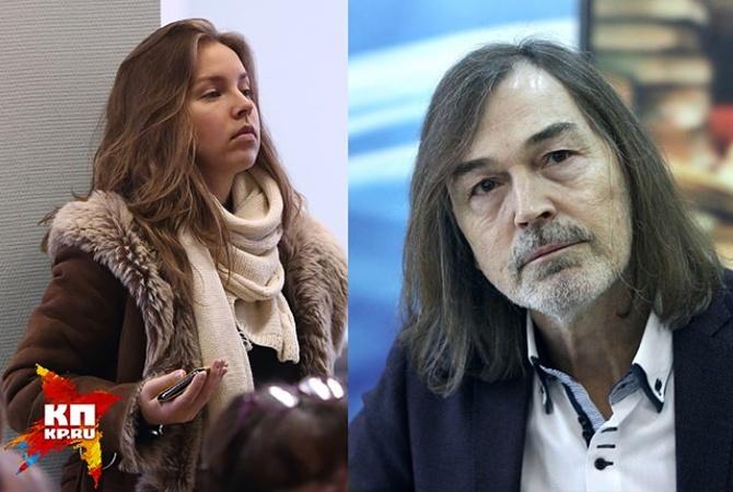 60-летний Никас Сафронов пришел навыставку смолодой девушкой