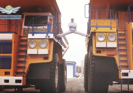 Белорус сел нашпагат между 2-мя БелАЗами