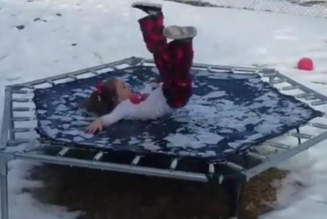 Неудачный прыжок наобледеневшем батуте сделал девочку звездой социальных сетей