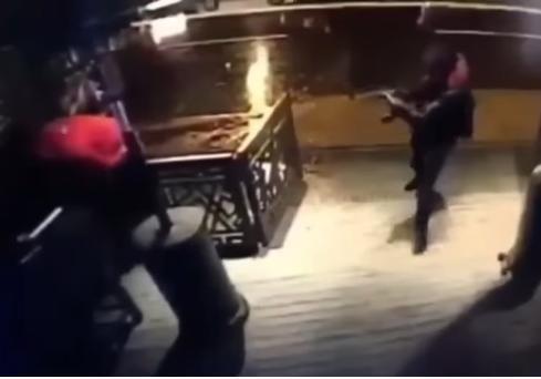 Жителя Америки впроцессе теракта вСтамбуле спас мобильный телефон