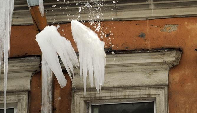 Вцентре украинской столицы напрохожего скрыши дома упала глыба снега