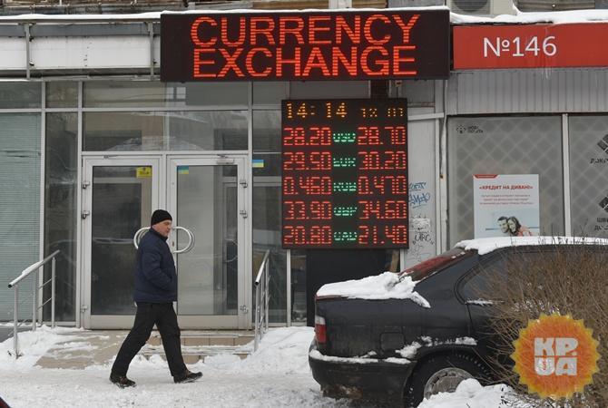 НБУ продаст $100 млн, чтобы остановить падение гривны