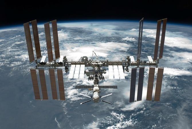 Астронавты установили три батареи наповерхности МКС