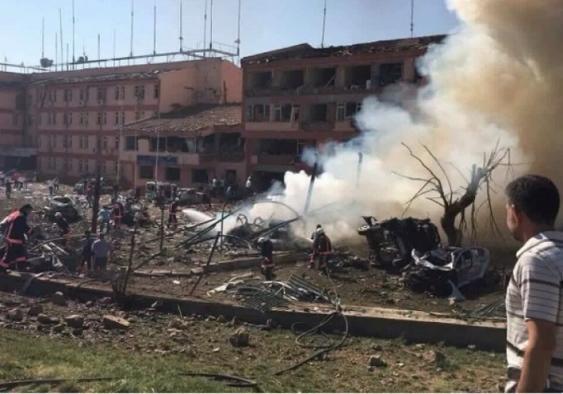 ВТурции взорвали броневик сполицейским спецназом, один погибший