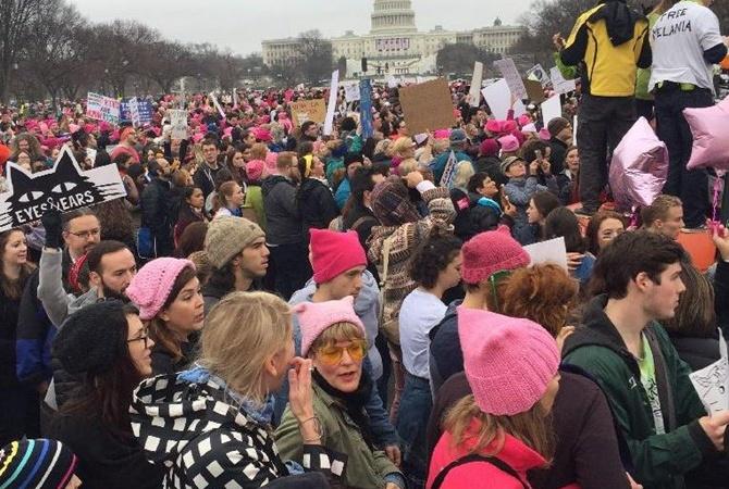 Тысячи людей вВашингтоне вышли наженский марш против Трампа