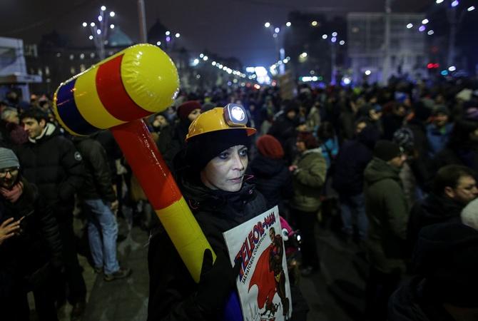Около ста тыс. жителей Румынии вышли напротесты против поправок вУК
