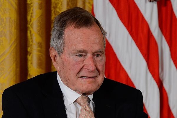 Джорджа Буша-старшего выписали из клиники
