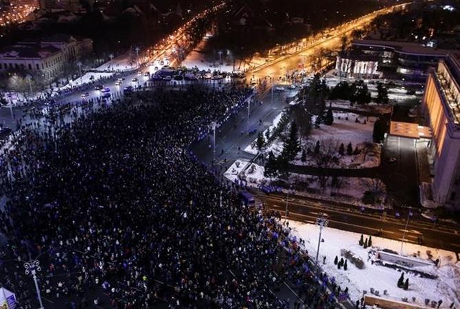Неменее 400 тыс. граждан Румынии вышли наулицы, требуя отставки руководства
