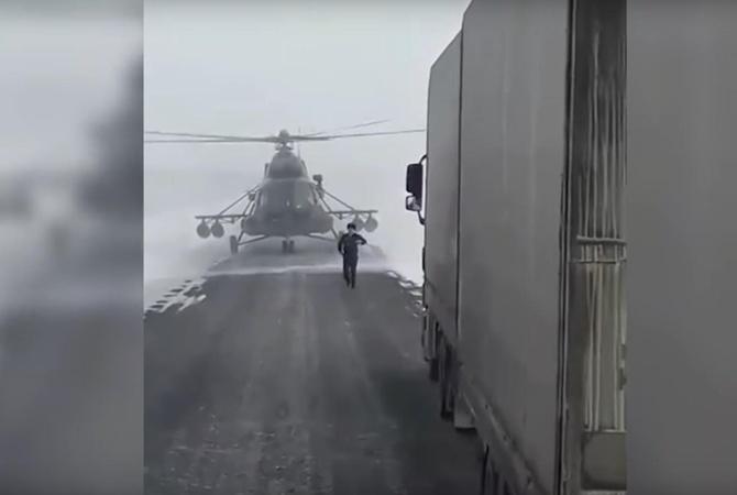 ВКазахстане пилот посадил вертолет нашоссе, чтобы уточнить дорогу
